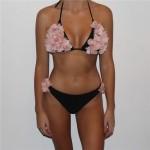 Фото Купальник раздельный бикини мягкая чашка с вкладышем бразилиана чёрный с розовыми цветами на лифе  130-100